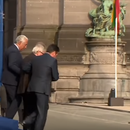 (Видео) Јункер одвај се движеше, Заев му помогна да се симне од сцената