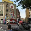 Големи црвени гаќи осамнаа на фасадата на лондонска галерија