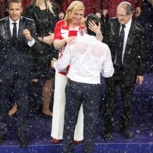 Додека два фудбалски тима ја прегрнуваа и бакнуваа сопругата тој се дружеше со Путин- сопругот на Колинда за кој малку се знае