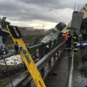 ВИДЕО: Стоел пред мостот во Џенова кој се рушел - експлозијата го исфрлила  метри подалеку
