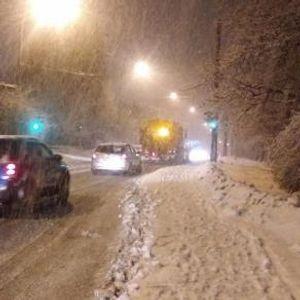 ВИДЕО: Снежна бура во регионот - колапс на улиците, граѓаните немаат превоз, приморани се да пешачат