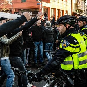 Немири во Холандија: Помошникот на Дедо Мраз предизвика судири меѓу неговите приврзаници и противници ширум земјата