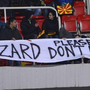 """ФОТО: Македонски банер гордо стои на трибините на """"Емирати"""", но сè уште со ликот на Венгер"""