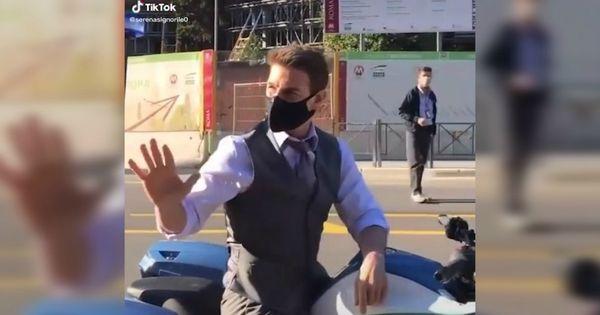 Tom Cruise monta in sella a una moto della polizia (senza casco), ma è il set del nuovo film. Il video girato a Roma dai fan - Il Fatto Quotidiano