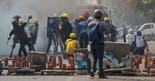 Birmania, i militari sparano sui manifestanti: 38 morti in un giorno. È il bollettino più sanguionoso dal colpo di Stato - Il Fatto Quotidiano