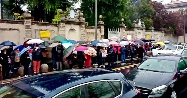 Milano, lunghe code sotto la pioggia fuori dall'hub vaccinale di Baggio: interviene la polizia - Il Fatto Quotidiano