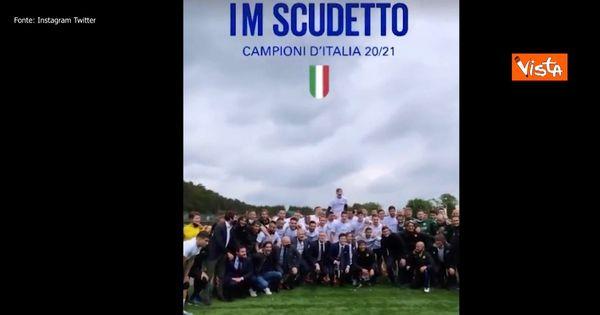 Scudetto Inter, i festeggiamenti di giocatori e staff tecnico: cori e brindisi tutti insieme con Zhang e Conte a La Pinetina - Video - Il Fatto Quotidiano