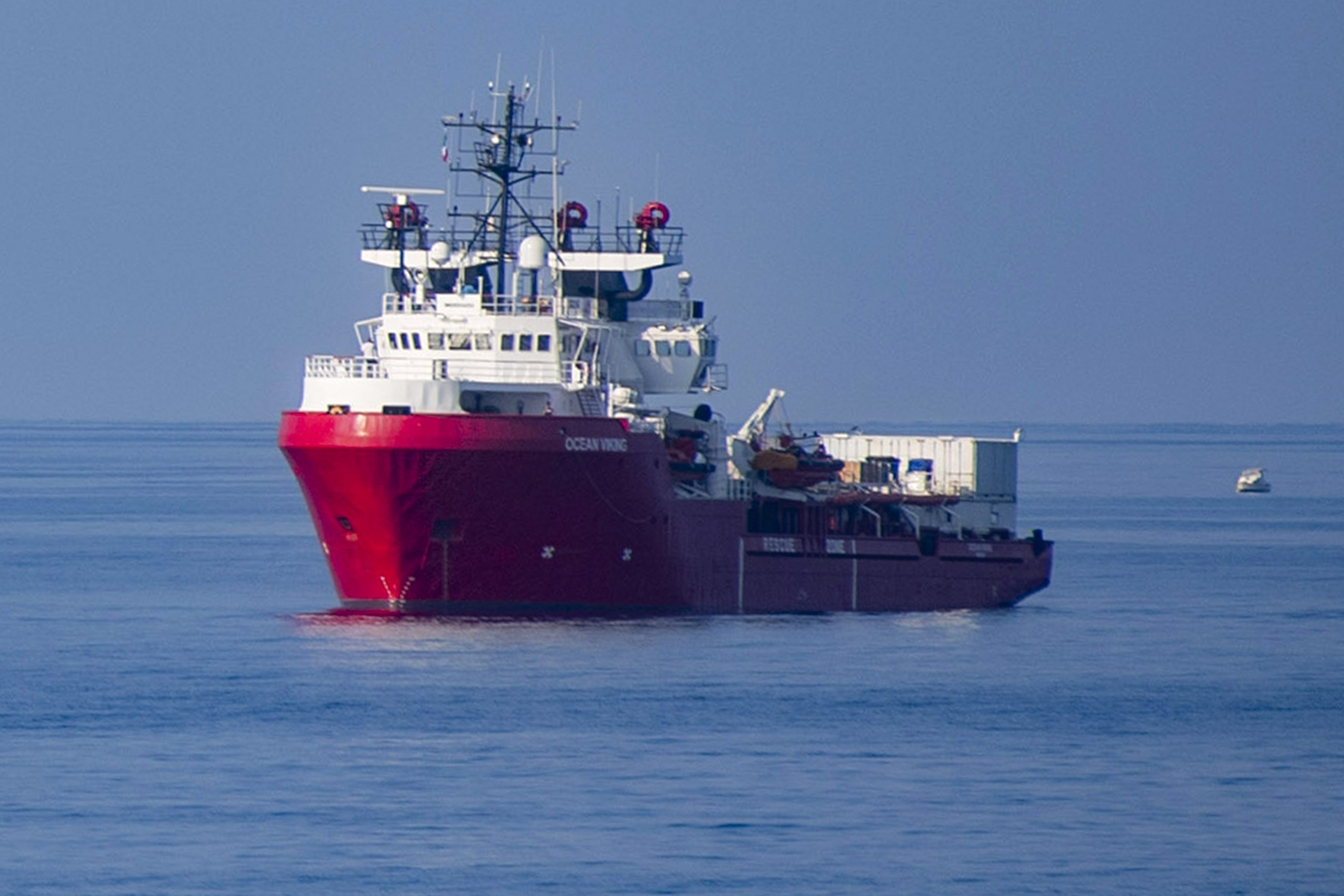 Ocean Viking 180 persone mare 8 giorni migranti minacciano buttarsi dalla nave
