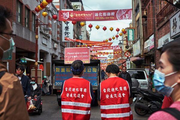 """Taiwan, i contagi esplodono nel """"Paese modello"""" della lotta al Covid: via a chiusure e restrizioni"""