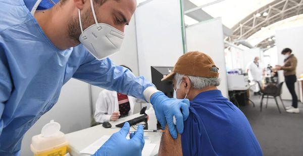 Il vaccino funziona: in una settimana contagi Covid dimezzati in Europa