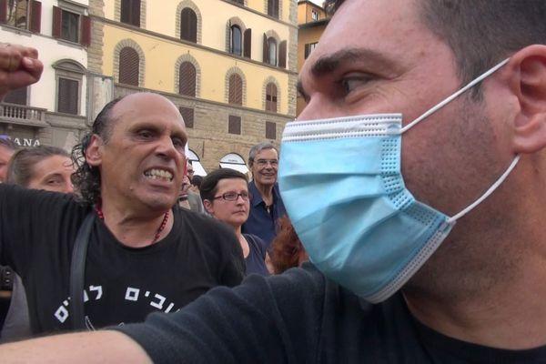 Le dittature nascono con i giornalisti presi a calci, non con vaccini e Green Pass