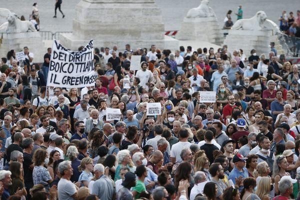No Green pass in piazza: flop in tutta Italia, ma migliaia a Roma con i parlamentari della Lega