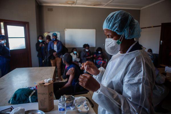 """In Sudafrica boom di contagi e morti Covid, AMREF: """"Qui c'è la fila per vaccinarsi"""""""