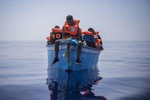 Tutti i migranti che arrivano in Italia saranno vaccinati immediatamente contro il Covid