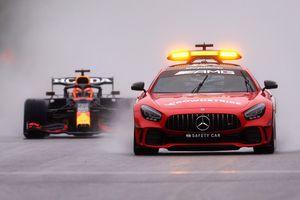 Il GP del Belgio non si corre ma Verstappen vince lo stesso: Russell 2° e Hamilton 3°