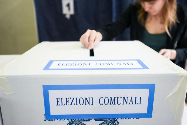 Elezioni Comunali Milano 2021 rinviate a ottobre causa Covid: Sala avanti di dieci punti sui rivali