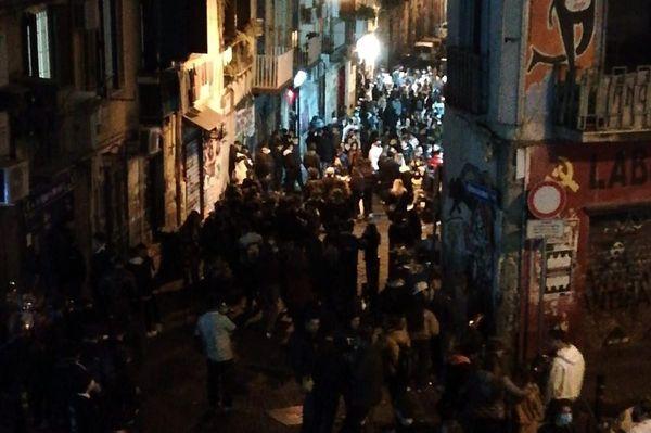 Covid, a Napoli città positivi aumentati del 49% in 7 giorni: contagi raddoppiati tra i 19-45 anni