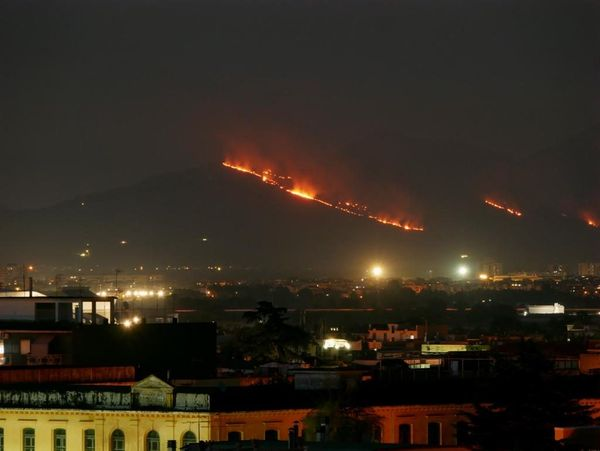 Maxi incendio sulla collina di Casertavecchia, Vigili del Fuoco al lavoro coi canadair