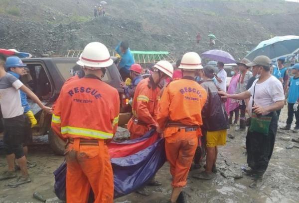 Đến 12h, ít nhất 113 thi thể đã được tìm thấy. Một lượng lớn người đã được huy động để tham gia cứu hộ. Tuy nhiên, mưa lớn khiến công tác cứu hộ gặp khó khăn. Ảnh: Sở cứu hỏa Myanmar.