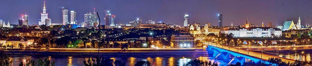 本图左侧高楼群为华沙市中心,右侧古典建筑群为华沙老城,前方河流为维斯瓦河,河上桥梁为斯拉科-东布罗夫斯基桥。