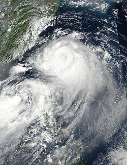 即将登陆台湾的纳沙(中)与刚命名的海棠(左下)发生双台风效应。
