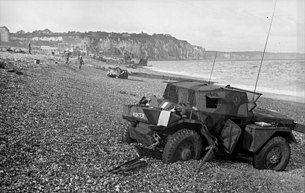 Bundesarchiv Bild 101I-362-2211-04, Dieppe, Landungsversuch, englischer Spähpanzer.jpg