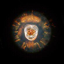 球壳的彩色区域相对于没有恒星的背景。错综复杂的彗星状结节从边缘辐射至距离中心三分之一左右。中心的一半包含互相重叠,有着粗糙边缘但更亮的球壳。在中心可以看见一颗孤独的恒星。没有可见的背景恒星。