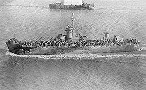 USS LSM(R)-194 1944年12月2日通过查尔斯顿的Cooper River Bridge。
