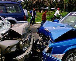 一个涉及两辆车的迎头相撞