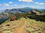 登峰步道和环绕的群山