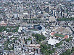 大广场及新洋基体育场(其右侧为尚未完全拆除的旧建筑)
