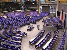 Deutscher Bundestag Plenarsaal Seitenansicht.jpg