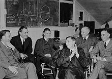 六名男子坐在椅子上,脸上洋溢着笑容