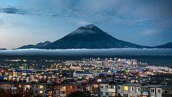 市区夜景,远方为科里亚克火山