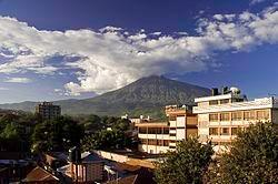 阿鲁沙景色,后为梅鲁火山
