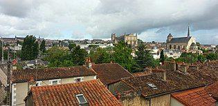 Vue sur les toits de Poitiers - panoramio.jpg
