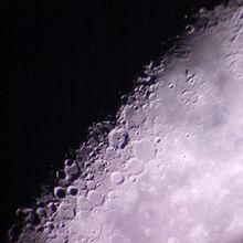 在被太阳部分照亮的新月时分,一位业余天文学家在后院用望远镜拍摄的月球陨石坑。