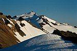 被白雪覆盖了一部分的欧德斯诺伊山