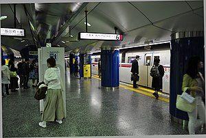 大江户线新宿站6号站台(2018年4月7日摄)