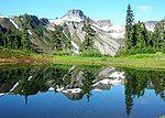 桌山与其湖中倒影
