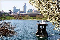 由美国心脏地带公园(英语:Heartland of America Park)观察奥马哈市区(英语:Downtown Omaha)