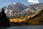 秋季的马龙双子峰和马龙湖