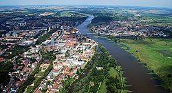 从南向北鸟瞰奥得河畔法兰克福和波兰城市斯武比采
