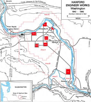 一张地形图,显示了哥伦比亚河与亚基马河交汇处,图中星罗棋布缀有若干红色方形。