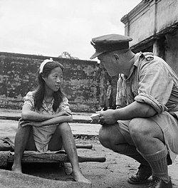 日本军在缅甸仰光的慰安所,中国少女与英国皇家空军军官(1945年8月8日)