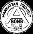 """圆形的徽章,顶上书有""""Manhattan Project""""字样,中间是字母""""A"""",A下面是""""BOMB""""。徽章最底部是美国陆军工兵部队的城堡徽章。"""