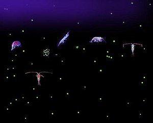 六个相对较大的各种形状的生物体,有数十个小浅色点,全部在黑暗的背景下。 一些有机体的触角比它们的身体长。