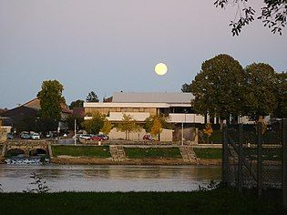 Médiathèque de Cosne-Cours-sur-Loire vue depuis l'Île de Cosne.jpg