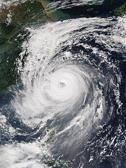 杜鹃在9月28日达到巅峰并直逼台湾, 其巨大风眼显而易见。