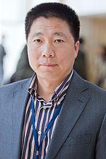 杨利伟是中国第一位航天员。2003年10月15-16日,他乘坐神舟五号成功升空绕地飞行并返回内蒙古四子王旗主着陆场